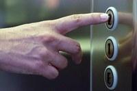 Prioridade em elevadores para idosos, gestantes, crianças e deficientes